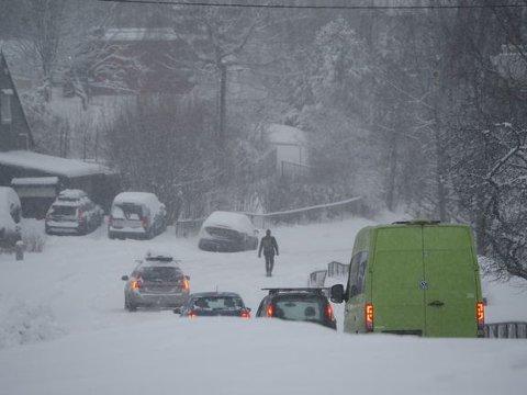 Kaos: Stort snøfall har ført til mange ulykker og utforkjøringer på veiene i natt og morgentimene i dag. Foto: If