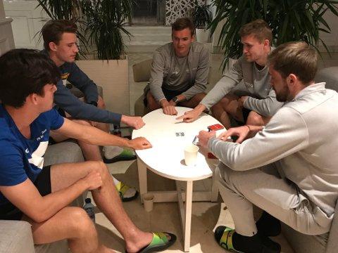 Bondebridge er populær tidtrøyte blant fotballspillere på tur. Søndag kveld var det Hugo Vetlesen, Marius Høibråten, Morten Ågnes Konradsen og Ola Solbakken som satt til bord med sekretær og sjef, Brede Moe.