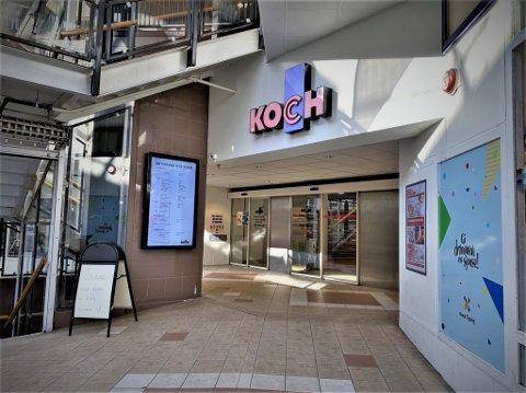 Ni butikker hos Koch kjøpesenter annonserer med forhåndsbestilling og henting utenfor sine lokaler.