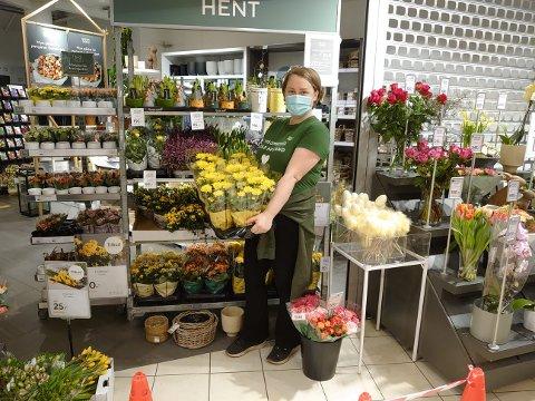 Tar tak: Selv om butikken er stengt er det noe å gjøre for Inger Johanne Bye på Mester Grønn i Bodø. De må nemlig gi bort blomster for flere titallstusen kroner.