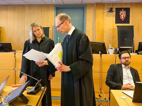 Statsadvokat Erik Thronæs i samtale med forsvarer Monica Samland.