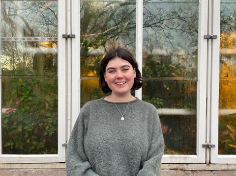 Jenny Inger Gaskill (21) kommer med sin første diktsamling på fredag. - Diktene er veldig personlige og intime,. Skriveprosessen har elementer av egenterapi, sier hun.