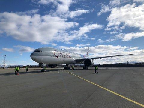 Qatar Airways trygt på bakken i Bodø - klare for å hente tonnevis med laks fra Nordland.