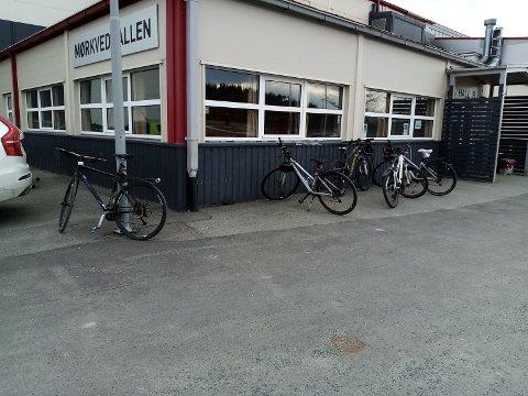 Tor Magne Andreassen etterlyser sykkelparkering ved idrettsparken.