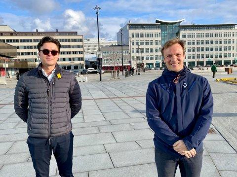Mer penger. Rasmus Madland og Bård Ludvig Thorheim fra Høyre er bekymret for konsekvensene hjemmeskole og koronapandemi har medført for skoleelever. Derfor er de glade for at det nå gis mer penger for å tette det de beskriver som kunnskapshull.