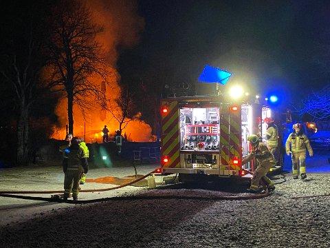 Tapte tid: Mannskapene fra Salten Brann tapte tid under slokkingen av brannen på Skjelstad på grunn av problemer med vannforsyningen. De hadde basert seg på vann fra en brannhydrant som var plassert 50–60 meter unna brannstedet. Likevel klarte de å forhindre en storbrann.