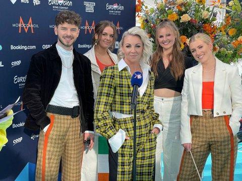 Bodøjenta Ingrid Østensen Vagle (bak til høyre) bidrar til Irlands Eurovision-bidrag i kveld.