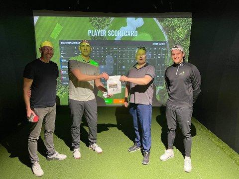 Fra venstre står Håvard Arntzen, Amund Jenssen, Roar Tymi Grønmo og Jakob Grønmo. Her mottar Symra prisen fra Familien.