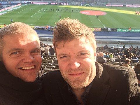 TIL-trener Gaute Helstrup og Glimt-trener Aasmund Bjørkan er gode kompiser, og drar ofte på ferie sammen. Her er de på Olympiastadion i Berlin. Foto: Privat