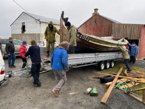 God hjelp: Rundt 20 personer møtte opp for å hjelpe Nordlandsmuseet med å få sendt åttringen ut av kommunen for godt. Nå venter et passivt liv som museumsgjenstand på et fellesmagasin for båter.