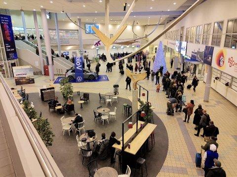 KØ SÅ LANGT ØYET KAN SE: Ved første øyekast kan det se ut til at køen går til bagasjeinsjekken, men dette er faktisk køen til sikkerhetskontrollen ved Bodø lufthavn i fjor.