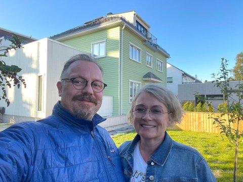 Ørjan Lyng og Tone Strømsnes forteller at de har vokst fra huset. Derfor er det nå, fire år og en totalrenovering senere, lagt ut for salg igjen.