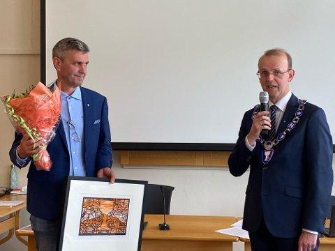 Johan Edvard Andreassen (t.v) er tildelt Næringsprisen. Her sammen med ordfører i Gildeskål kommune. Bjørn Magne Pedersen.