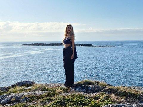 Miss Norway-finalistNora Emilie Nakken har røtter fra Bodø og gleder seg over samarbeidet med kjoledesigneren. Går ting etter planen vil hun stå i finalen med en kjole inspirert av Salten.