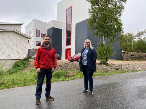 Imponert: Fylkespolitiker Mona Nilsen, her sammen med Thomas Hutchinson, leder i klatregruppa i Hamarøy il foran den nye klatrehallen, er dypt imponert over hva man får til i Hamarøy gjennom frivillig arbeid.