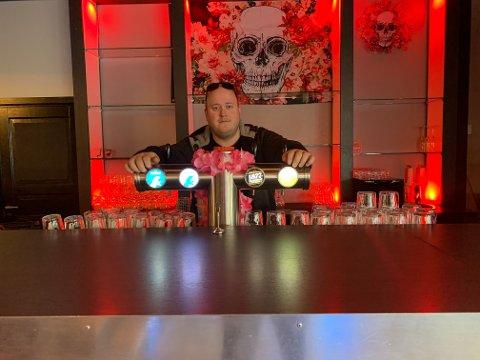 ÅPNER FREDAG: Kommende fredag åpner Glenn Berg (29) «Lucero». Her er innehaver av baren avbildet foran kranene.