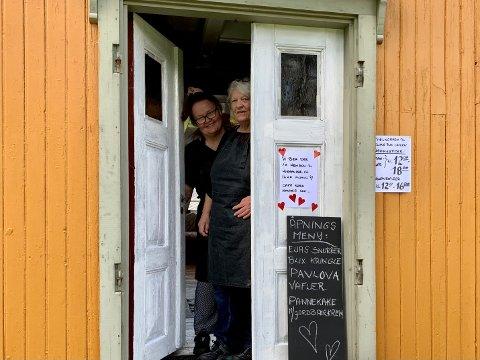 Driverne av Elias Blix Cafeen Mona Myrvang og Berit Johnsen ønsker velkommen. De lover at gjestene ikke vil få servert halvfabrikata og ferdigprodukter hos dem. Her er det kun mat laget fra bunnen av som gjelder.