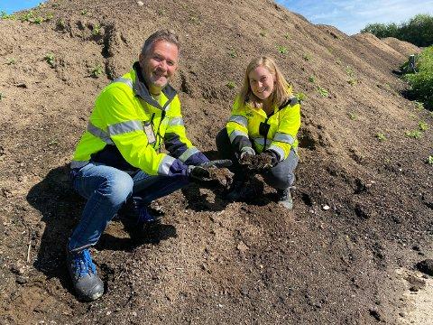 Sture Wilmann og Ingrid Schistad Berg med jord fra kompostanlegget til Iris Produksjon.