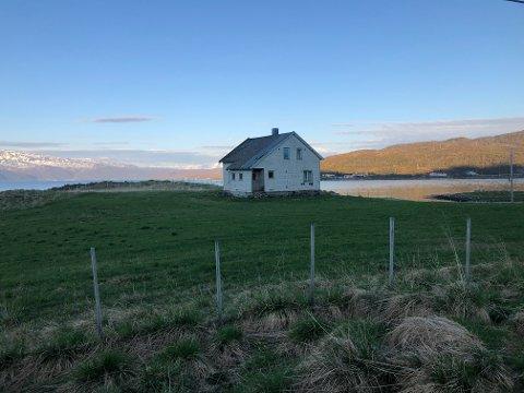 RØNNE: Huset i Kvaløyvågen har stått ubebodd lenge, og har stort behov for renovering. Hva som er planen til de nye eierne, er imidlertid uvisst.