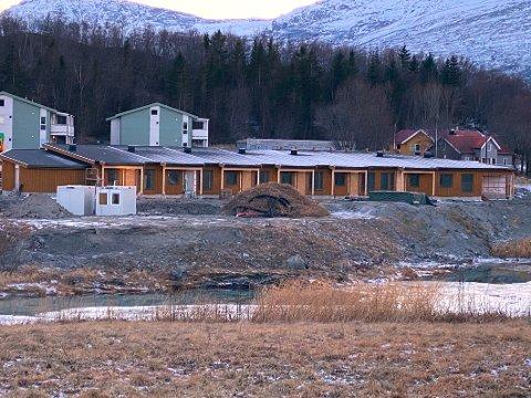Stoppet opp: Arbeidet med å bygge omsorgsboligene i Leinesfjord stanset opp på ettervinteren på grunn av de økonomiske utfordringene til Fauske-bedriften Varde Bygg AS.