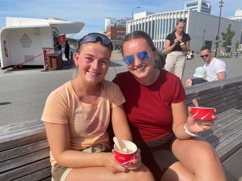 Kristine Lindberg og Sofie Ursin (begge 21) var blant dem som hadde funnet veien til sentrum i finværet. - Det kan ikke bli bedre, mener jentene.