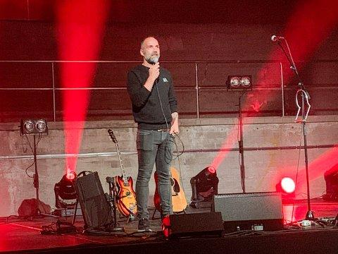 RØRT: Gøran Aamodt presenterer den prislønte artisten Erlend Ropstad før han inntar scenen. Etter konserten var Aamodt rørt.