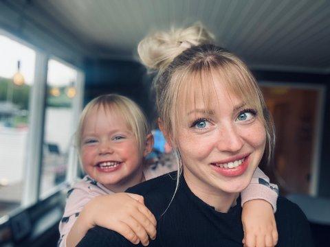 Katarina Viktoria Steigen (27) og datteren Mie Victoria (4) storkoser seg hjemme i Sulis. – Nå leier vi et hus, men vi har et hus som det ligger i kortene at vi skal få kjøpe, uten at det er snekret helt, sier mamma Katarina.