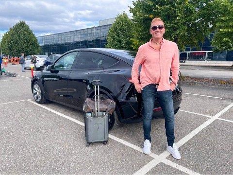 Espen Limstrand foran sin splitter nye bil - en Tesla Model Y.