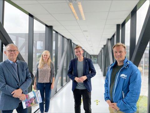 God stemning: Tarjei Eck Hansen og Marit Swensen (t.v) er glade for lovordene fra Henrik Asheim og Bård Ludvig Thorheim. Høyreduoen roser skolens topplinje-satsing.