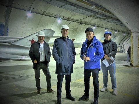 Direktør ved Norsk Luftfartsmuseum, Arne Christian Fjelberg, forsvarsminister Frank Bakke Jensen, tidligere Bodø-ordfører Ole Henrik Hjartøy og Sindre Rosting i Forsvarsbygg.