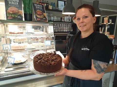 – Mat og kaker har en tendens til å få folk til å være sosiale, sier den ferske daglige lederen på Svengen Kafe og pub, Camilla Gustavsen (34).