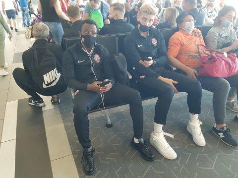 Zory Luhansk-spillerne på flyplassen i Ukraina tidlig onsdag morgen.