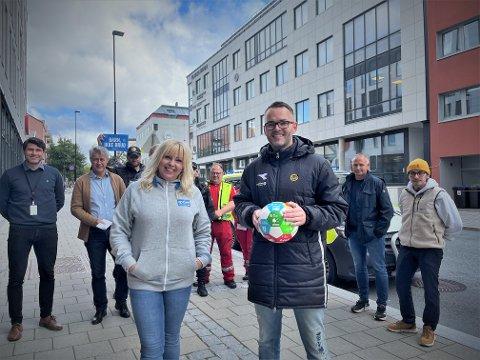 """Hanne Myrvang, fylkesaksjonsleder i Nordland og Tom Steffensen, leder for marked og salg i Bodø/Glimt inviterer til """"årets viktigste cup""""."""