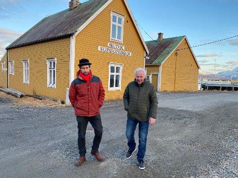 Store planer: Tidligere styreleder i Skutvik Utvikling AS, Per Gunnar Nygård (t.h.) og Alfred Liabäck fortalte tidligere i år om planene sistnevnte har for kaibyggene. Planene må legges på vent inntil videre.
