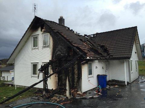 Brannen i tomannsboligen i Ulstein natt til søndag var påsatt, opplyser politiet til Sunnmørsposten. Det bor tolv utenlandske statsborgere i boligen som også ble påtent for tre uker siden.  Sindre Rise / NTB scanpix
