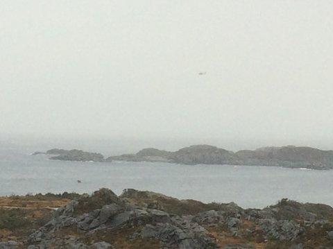 Det er dårlig sikt i området. Dette bildet er tatt fra Sotra, og man kan så vidt skimte redningshelikopteret.
