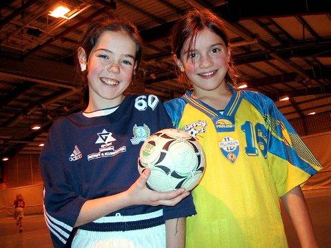 Stine Skogrand, ni år gammel, i Fyllingens gule drakt under Julecupen i 2002, sammen med Renate Fossheim fra Salhus.