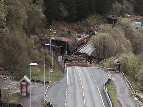 Raset gikk klokken 1318 tirsdag. Et tog på vei mot Voss kjørte inn i raset, men ingen passaserer skal ha blitt skadet. FOTO: BATIPSER