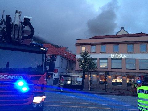 Det er kraftig røykutvikling fra stedet. Da nødmeldingen kom inn tidlig tirsdag morgen, var det folk inne i bygget. FOTO: INA LINN OLSVOLL