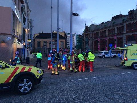 Fire personer ble hentet ut av bygget av brannvesenet. En av dem, en kvinne, blir her lagt på båre. FOTO: INA LINN OLSVOLL