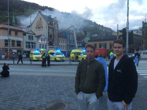 Jonas Edland og Andreas Kvåle bor i bygget bak det som begynte å brenne. FOTO: GEIR JETMUNSEN