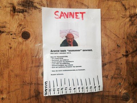 Denne savnet-plaktaten dukket opp på en vegg i Bergen sentrum. Har du sett vedkommende? Ta kontakt. Vi savner sommeren noe helt vanvittig. Foto: Linda Hilland