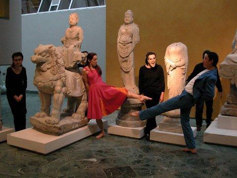Det kan gå et par år til publikum får se kinesiske skulpturene igjen. Her fra en danseforestilling i museet.