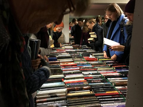 POPULÆRT: Det var mange om bøkene i bibliotekets kjeller.