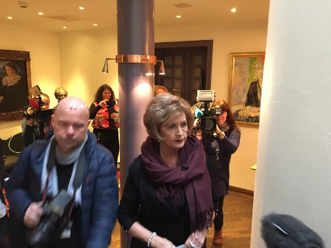 Trude Drevland på vei inn på pressekonferansen.