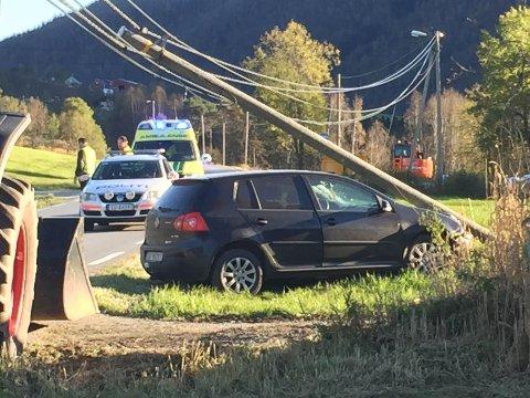 Bilen krasjet med en lyktestolpe ved campingplassen i Myrkdalen.