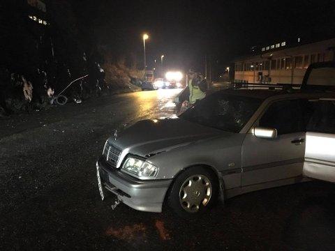 Bilene kolliderte, og den ene traff en lyktestolpe. Den kan sees i bakgrunnen på bildet.