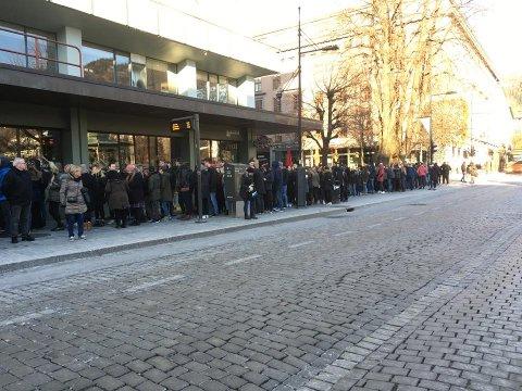 Allerede en halvtime etter åpning er det lange køer i Olav Kyrres gate.