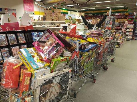 Sander Håpoldøy (10) samlet inn nok penger til å kjøpe over 120 julegaver til fremmede barn.