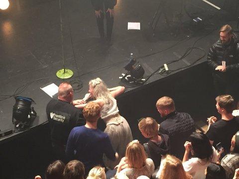 Det gikk heldigvis bra da Aurora falt av scenen.